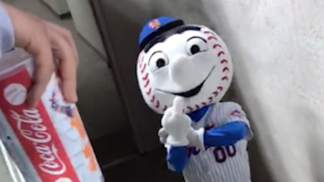 Mets mascot's middle finger to fan