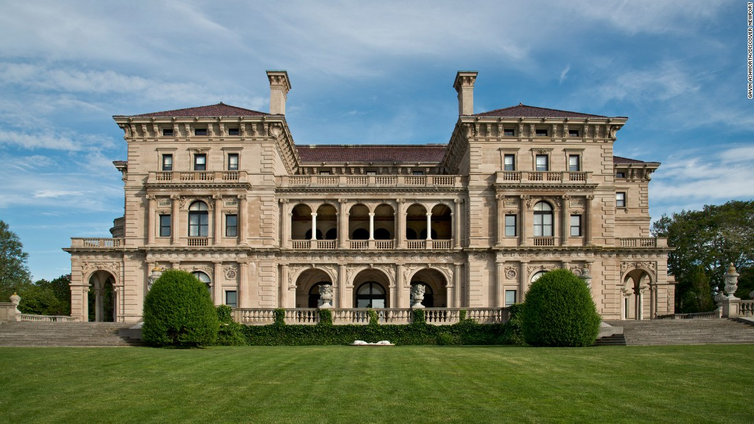 <strong>The Breakers:</strong> This mansion built by the Vanderbilt family is now open to tourists. Don't skip the gift shop.