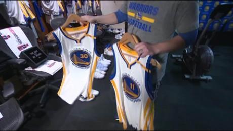 Inside the locker room of the NBA\'s Warriors - CNN Video