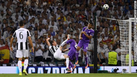 Mario Mandzukic levels for Juventus from a seemingly impossible angle