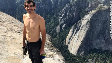 Climber scales El Capitan without ropes