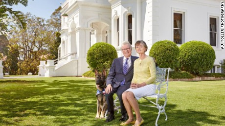 Gavel poses for an official portrait with Governor of Queensland Paul de Jersey and Kaye de Jersey.