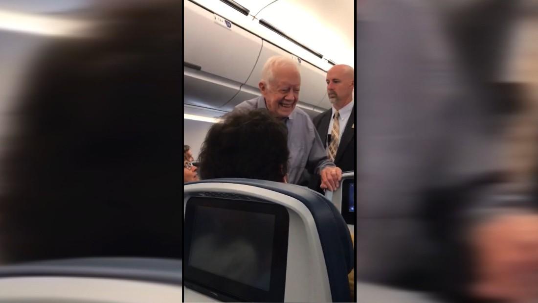 Jimmy Carter Saluda A Todos Los Pasajeros De Un Avin
