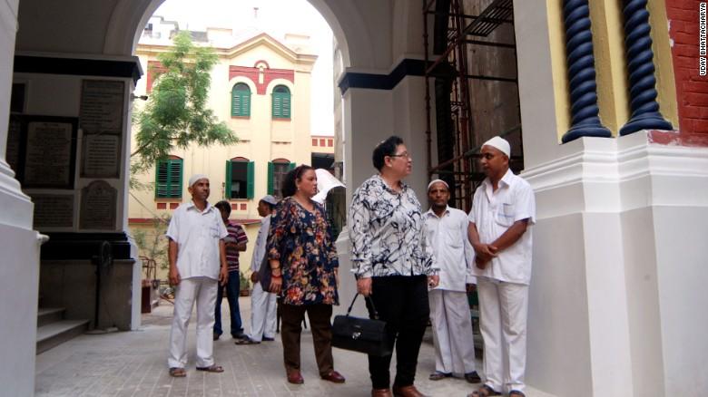 Aileen Jo Cohen (foreground) and Mitana Alexander talk to Muslim caretakers at one of Kolkata's three synagogues.