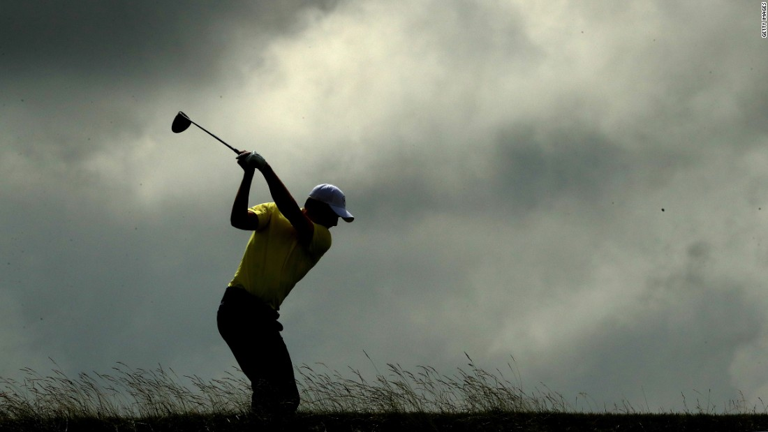 The clouds closed in on Jordan Spieth's prospects of adding to his Masters and US Open titles from 2015, slipping back to four over after a third-round 76.