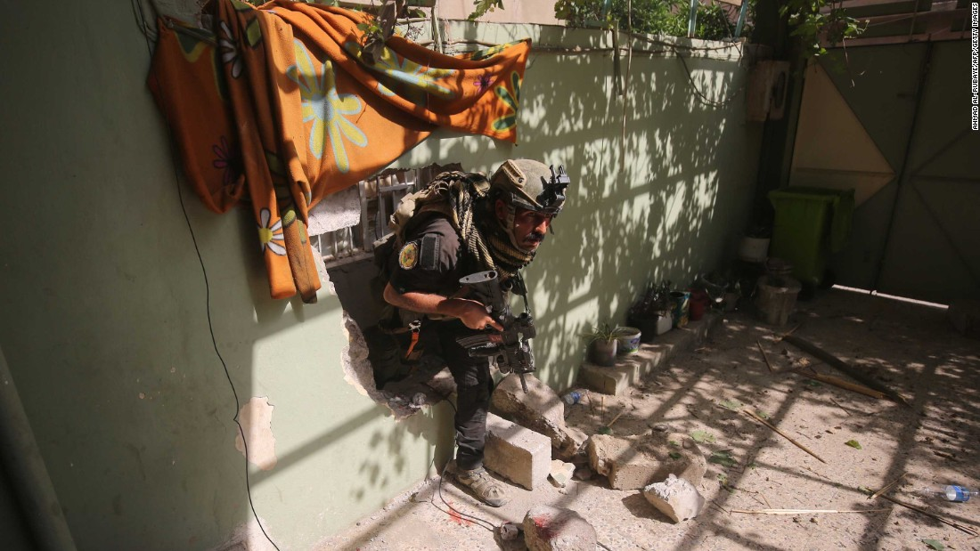 A member of the Iraqi counterterrorism service secures a building as troops push toward Mosul's Al-Oraibi western district on Sunday, May 14.
