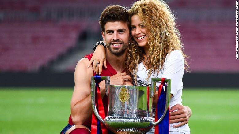 Gerard Pique i FC Barcelona dhe Shakira pozojnë me trofeun pasi FC Barcelona fitoi ndeshjen finale të Kupës së Mbretit kundër Athletic Club në Camp Nou më 30 maj 2015 në Barcelonë, Spanjë.