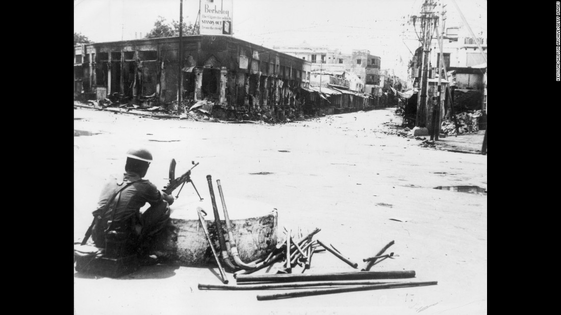 During intense rioting, a soldier sits with a Bren light machine gun at the entrance to Paharganj bazaar, New Delhi, on September 16, 1947.