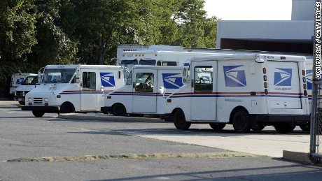 Report: USPS improperly enabled workers who helped Clinton campaign