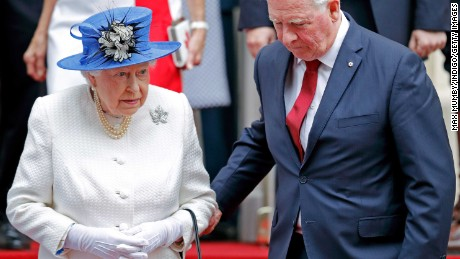 LONDON, UNITED KINGDOM - JULY 19: (EMBARGOED FOR PUBLICATION IN UK NEWSPAPERS UNTIL 48 HOURS AFTER CREATE DATE AND TIME) David Johnston, Governor General of Canada, holds Queen Elizabeth II's arm as she departs Canada House after attending a celebration to mark Canada's 150th anniversary of Confederation on July 19, 2017 in London, England. (Photo by Max Mumby/Indigo/Getty Images)