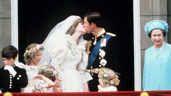 Charles and Diana kiss on the Buckingham Palace balcony after being married.