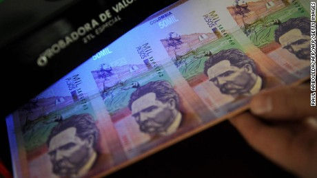 Colombian police show forged bank notes on September 18, 2009  in Medellin, Antioquia department, Colombia. Authorities seized 1,600 million of Colombian pesos in 50,000 notes and two people were arrested. AFP PHOTO/Raul ARBOLEDA (Photo credit should read RAUL ARBOLEDA/AFP/Getty Images)