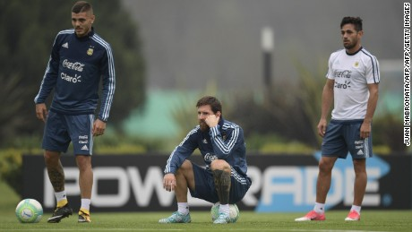 Argentina's forwards Lionel Messi (C), Mauro Icardi (L) and Lautaro Acosta attend a training session in Ezeiza, Buenos Aires, on August 29, 2017 ahead of their FIFA World Cup qualifier football match against Uruguay. / AFP PHOTO / Juan MABROMATA        (Photo credit should read JUAN MABROMATA/AFP/Getty Images)