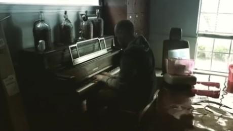 Hombre toca el piano en su casa inundada en texas cnn video for Piani casa texas