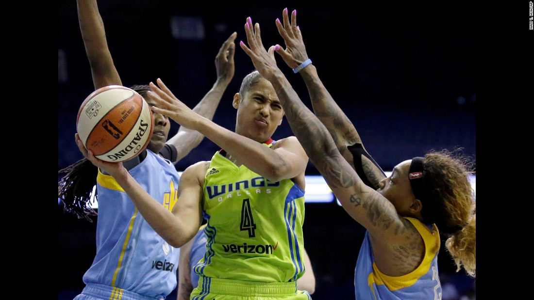 Dallas guard Skylar Diggins-Smith looks to pass as she's guarded by Chicago's Jessica Breland, left, and Cappie Pondexter during a WNBA game on Wednesday, August 30.