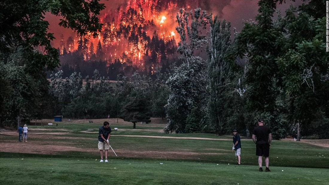 oregon wildfire golfers finish    blaze rages cnn