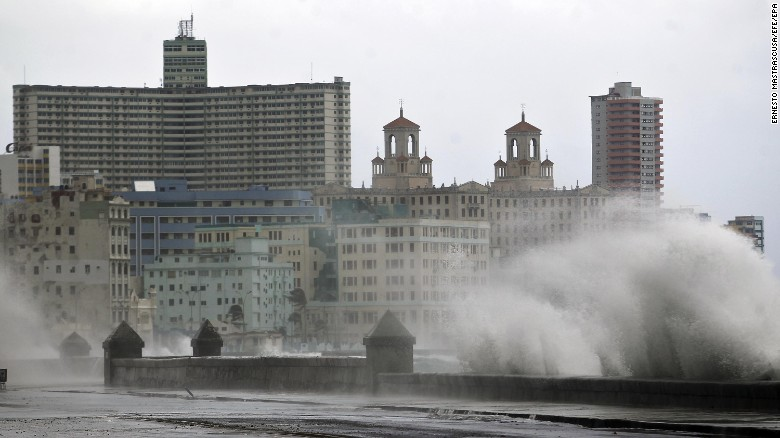 epa06195166 Strong waves hit the pier in Havana, Cuba, 09 September 2017. Residents of Cuba's north-central region awoke on 09 September  to some of the most dangerous conditions in recent decades, with giant waves, hurricane-force winds and torrential rains associated with major Hurricane Irma lashing coastal areas, including the towns of Remedios and Caibarien, both of which are national heritage sites.  EPA-EFE/ERNESTO MASTRASCUSA