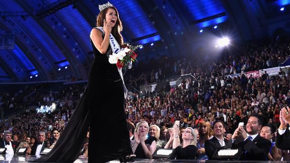 ATLANTIC CITY, NJ - SEPTEMBER 10:  Newly crowned Miss America 2018 (Miss North Dakota 2017) Cara Mund celebrates onstage during the 2018 Miss America Competition Show at Boardwalk Hall Arena on September 10, 2017 in Atlantic City, New Jersey.  (Photo by Michael Loccisano/Getty Images for Dick Clark Productions)