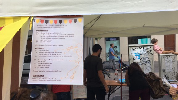 Parents organize a youth fair to take place inside a Barcelona school over the weekend in hopes of ensuring it remains open until Sunday.
