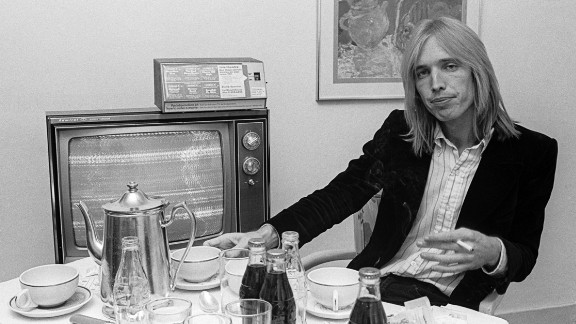 Petty sits at a table in his New York hotel room in October 1977.