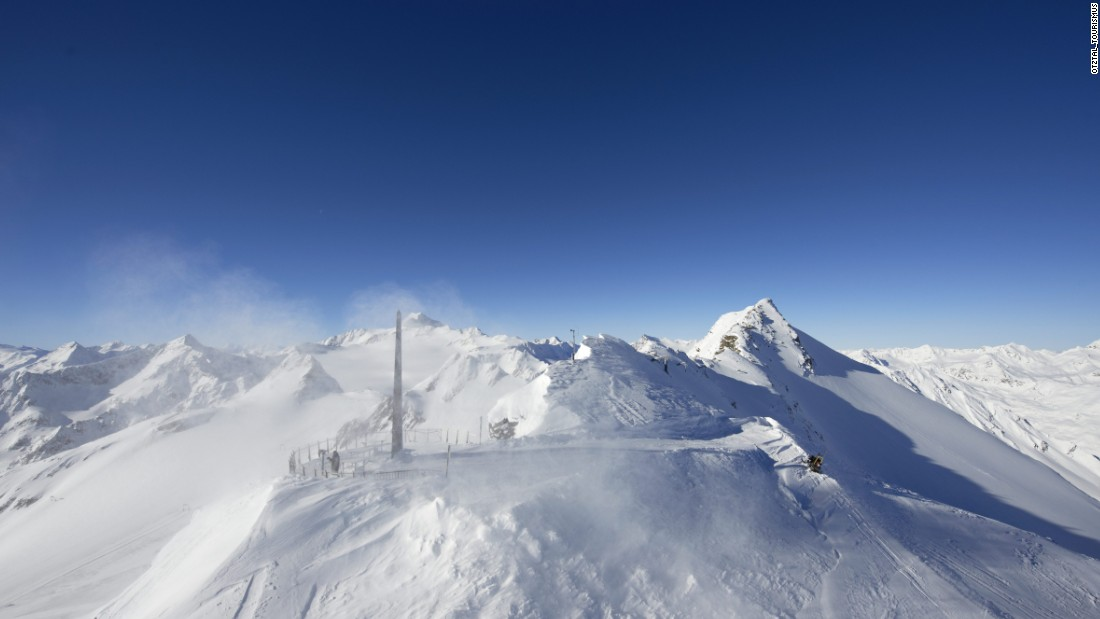 Skiers and snowboarders with strong legs and lungs can walk an extra 20 minutes above the Schwarze Schneid II gondola above Rettenbach to access the Schwarze Schneid viewing platform at 3,340 meters. The reward is spectacular 360-degree vistas across the Alps and the Dolomites.