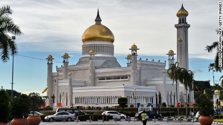 A view of Brunei's Sultan Omar Ali Saifuddin mosque (C) in Bandar Seri Begawan on October 4, 2017.