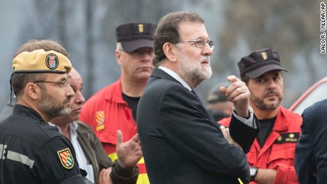 Spanish Prime Minister Mariano Rajoy with emergency personnel in Pontevedra, Galicia, on Monday.