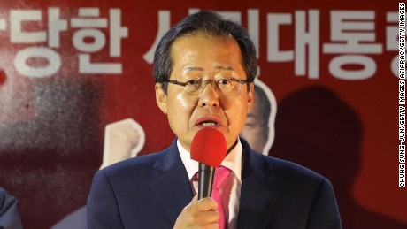 Hong Jun-pyo addresses Liberty Korea Party supporters during South Korea's general election in May 2017.