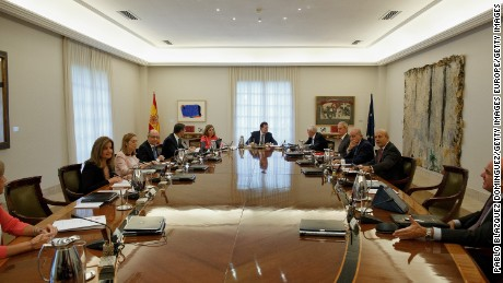 MADRID, SPAIN - SEPTEMBER 29:  Spanish Prime Minister Mariano Rajoy (C) presides over a cabinet meeting at Moncloa Palace on September 29, 2014 in Madrid, Spain. Spanish Government holds an emergency cabinet meeting in reaction to the regional decree signed by Catalonia's President Artur Mas to call for a self-determination referendum from Spain on November 9.  (Photo by Pablo Blazquez Dominguez/Getty Images)
