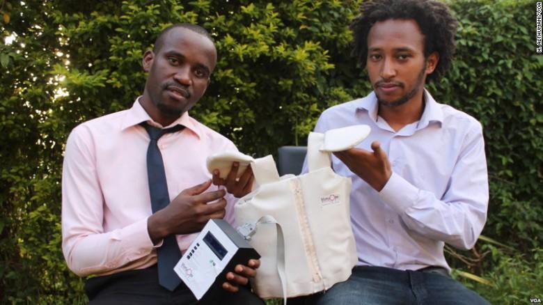 Os formandos da Makerere University Brian Turyabagye e Besufekad Shifferaw exibem a jaqueta inteligente biomédica.