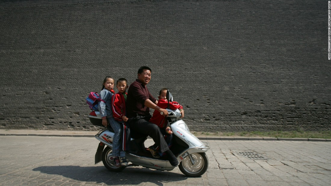 Doing the school run, Pingyao-style.