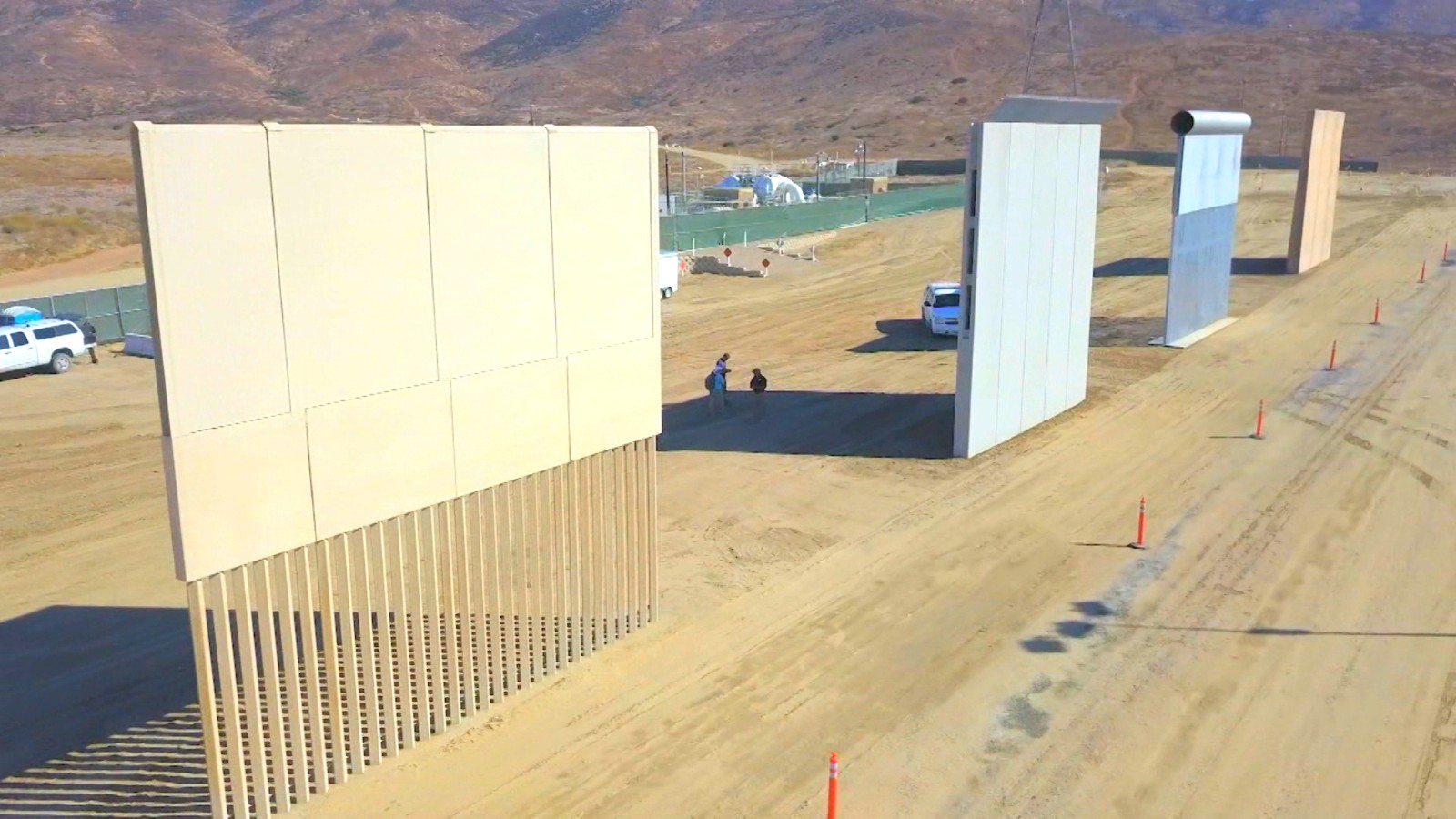 What kind of border wall does Trump want? It depends on who\'s asking ...