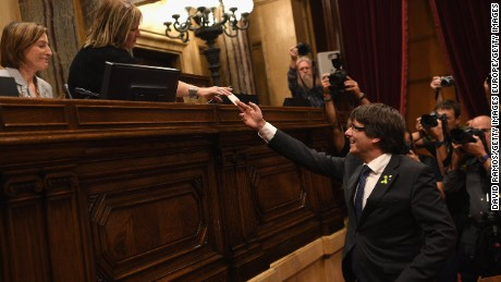 BARCELONA, SPAIN - OCTOBER 27:  Catalan President Carles Puigdemont casts his vote for independence from Spain at the Catalan Government building Generalitat de Catalunya on October 27, 2017 in Barcelona, Spain. MPs in the Catalan parliament have today voted following a two day session on how to respond the Spanish governments enacting of Article 155, which would curtail Catalan autonomy.  (Photo by David Ramos/Getty Images)