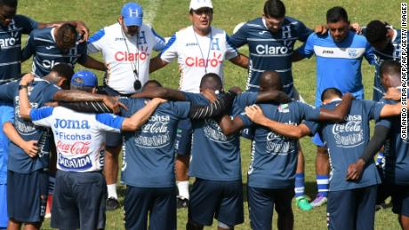 Honduras' coach Colombian Jorge Luis Pinto (C) prays with his players during a training session at the Carlos Miranda stadium, in Comayagua, 80 km north of Tegucigalpa, on October 3, 2017, ahead of their upcoming FIFA 2018 World Cup Concacaf qualifier football matches against Costa Rica and Mexico.  / AFP PHOTO / ORLANDO SIERRA        (Photo credit should read ORLANDO SIERRA/AFP/Getty Images)