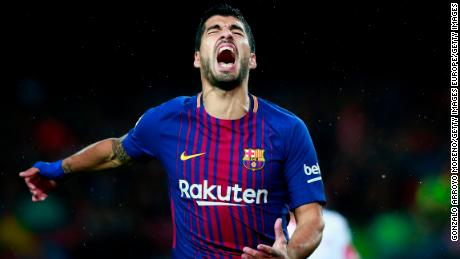 BARCELONA, SPAIN - NOVEMBER 04: Luis Suarez of FC Barcelona reacts as he fail to score  during the La Liga match between FC Barcelona and Sevilla FC at Camp Nou stadium on November 4, 2017 in Barcelona, Spain.  (Photo by Gonzalo Arroyo Moreno/Getty Images)