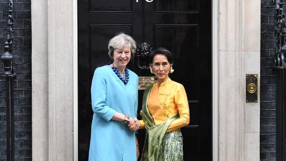 British Prime Minister Theresa May (left) greets Myanmar's de facto leader Aung San Suu Kyi in London on September 13, 2016.