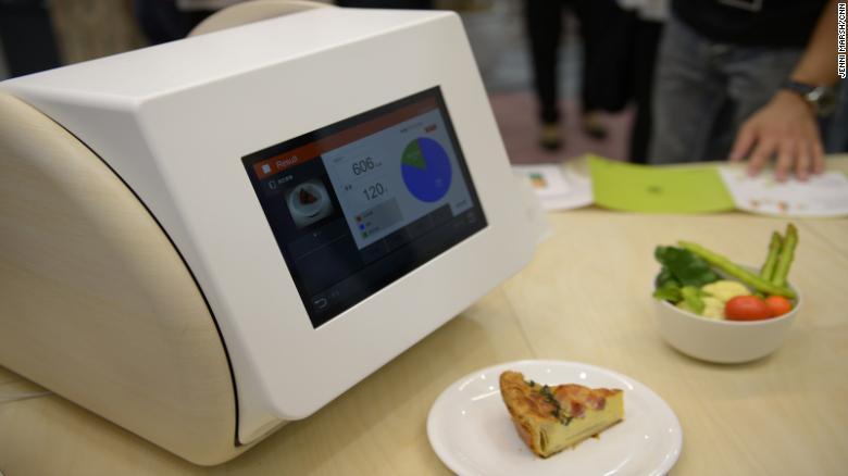 """& lt; a href = """"http: //gccatapult.panasonic.com/en/calorieco/""""  cible = & quot; _blank & quot; & gt; CaloRieco & lt; / a & gt;  utilise des signaux infrarouges pour mesurer les nutriments d'un repas, dans une plage de précision de 20%, selon le fabricant Panasonic."""