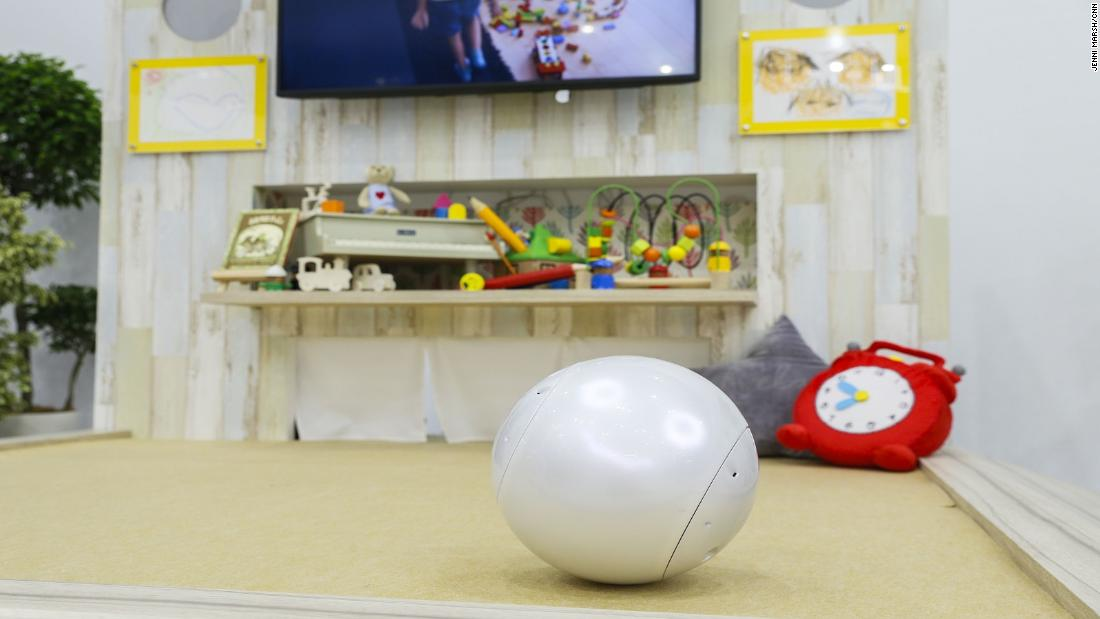 The bowling ball-shaped android can tell sleepy children to go to bed, download songs from the cloud to sing to little ones, and help children's educational development.