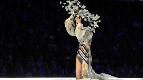 Victoria S Secret Model Wipes Out On Runway