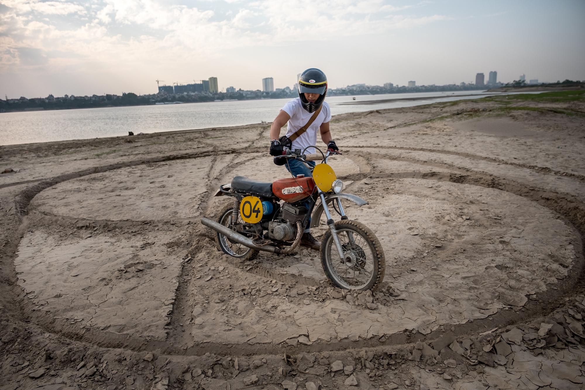 Minsk Motorcycles Make A Comeback In Hanoi Cnn Travel 1970 Honda 75cc Motorcycle