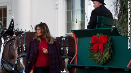 US first lady Melania Trump arrives to receive a Christmas tree during an event at the White House November 20, 2017 in Washington, DC. / AFP PHOTO / Brendan Smialowski        (Photo credit should read BRENDAN SMIALOWSKI/AFP/Getty Images)