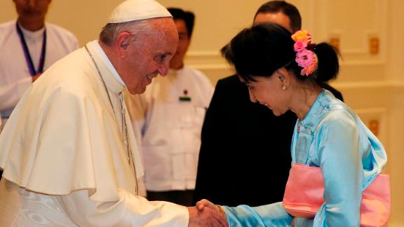 Pope Francis (L) shakes hands with Myanmars civilian leader Aung San Suu Kyi (R) during their meeting in Naypyidaw on November 28, 2017.