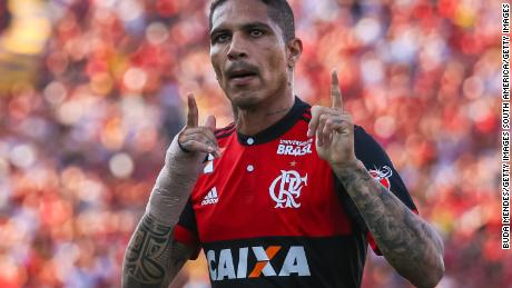 RIO DE JANEIRO, BRAZIL - SEPTEMBER 17: Paolo Guerrero of Flamengo celebrates a scored goal against Sport Recife during a match between Flamengo and Sport Recife as part of Brasileirao Series A 2017 at Ilha do Urubu Stadium on September 17, 2017 in Rio de Janeiro, Brazil. (Photo by Buda Mendes/Getty Images)