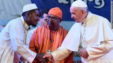 epa06361248 Pope Francis (R) shakes hand with Rohingya refugees during an Interreligious and Ecumenical meeting for peace at the garden of the Archbishop in Dhaka, Bangladesh, 01 December 2017. Pope Francis' visit in Myanmar and Bangladesh runs from 27 November to 02 December 2017.  EPA-EFE/ETTORE FERRARI