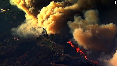 NS Slug: CA:SKIRBALL FIRE-THICK, BILLOWING SMOKE (AERIALS)  Synopsis: Aerials showing the thick billowing smoke from the Skirball Fire in Los Angeles County, CA  Video Shows: Aerials showing the thick billowing smoke from the Skirball Fire in Los Angeles County, CA    Keywords: CALIFORNIA WILDFIRES SANTA ANA WINDS WEATHER FLAMES