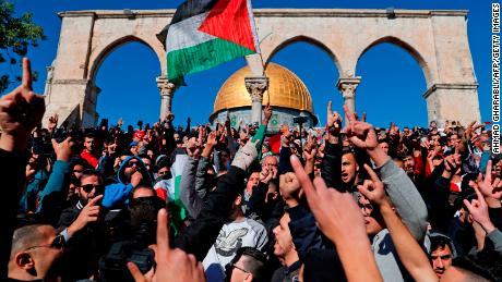 Palestinian Muslim worshippers shout slogans during Friday prayer in front of the Dome of the Rock mosque at the al-Aqsa mosque compound in the Jerusalem's Old City on December 8, 2017.