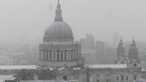 St Paul's Cathedral is seen as snow falls over central London on December 10, 2017.  Heavy snow fell across northern and central parts of England and Wales and caused disruption, closing roads and grounding flights at Birmingham airport. Up to 10cm is expected to build up quite widely, with 15-20cm in some spots, raising the prospect of roads becoming impassable. / AFP PHOTO / DANIEL SORABJI        (Photo credit should read DANIEL SORABJI/AFP/Getty Images)