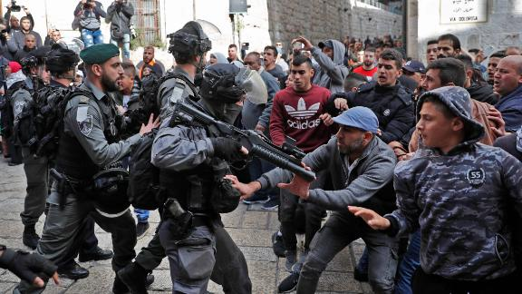 Israeli forces confront Palestinian protesters in Jerusalem