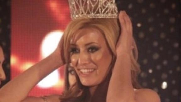 Sarah Idan winning the 2016 Miss Iraq USA pageant.