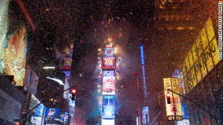 The ball drops to enter in the new year during New Year's Eve celebrations in Times Square on January 1, 2018 in New York. / AFP PHOTO / DON EMMERT        (Photo credit should read DON EMMERT/AFP/Getty Images)